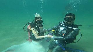En Thaïlande, pour la Saint-Valentin, on se marie sous l'eau