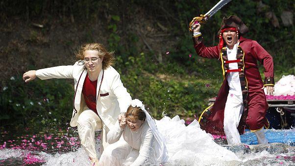 بازیگری در لباس دزد دریایی در جشن ولنتاین یک زوج را تعقیب میکند