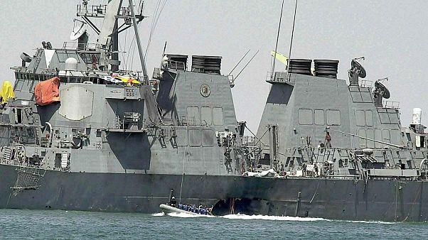 خبراء يفحصون الاضرار الناجمة عن هجوم على المدمرة الأمريكية كول في ميناء عدن اليمني. 2000/10/15