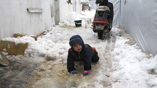 شاهد: الثلوج تزيد من معاناة النازحين شمال غرب سوريا
