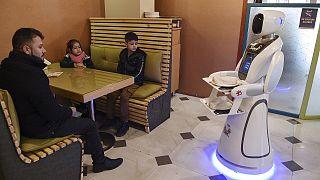 A primeira empregada de mesa robô do Afeganistão