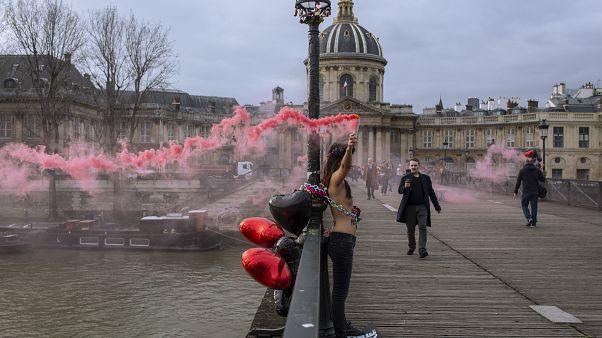 شاهد: بمناسبة عيد الحب ناشطات نسويات ينددن بالعنف الممارس ضد المرأة