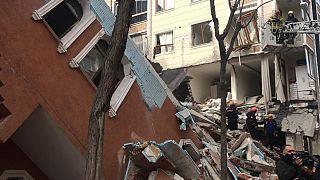 Bahçelievler'de daha önce boşaltıldığı belirtilen bir bina çöktü