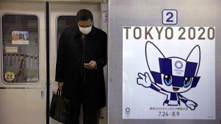 Tokyo 2020 Olimpiyatlarına dair metroda Japon metrosunda bir poster