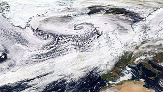 """La tormenta Dennis el sábado entre Escocia e Islandia, en su máximo apogeo. A la izquierda se aprecia la otra borrasca que se """"fusionó"""" con Dennis."""