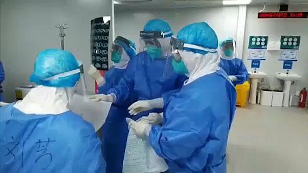 Koronavírus: 63 ezer felett a fertőzöttek száma Kínában