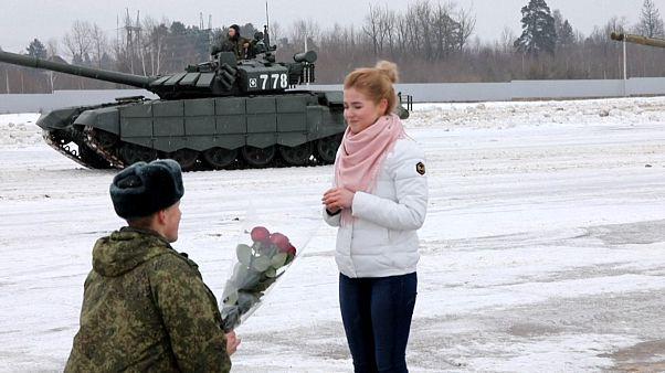 Soldado russo pede namorada em casamento no meio de tanques