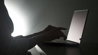 Laptopta yazı yazan bir kişi. (fotoğraf illüstrasyon)