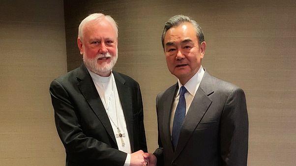 Vatikan Dışişleri Bakanı Paul Gallagher ve Çin Dışişleri Bakanı Wang Yi