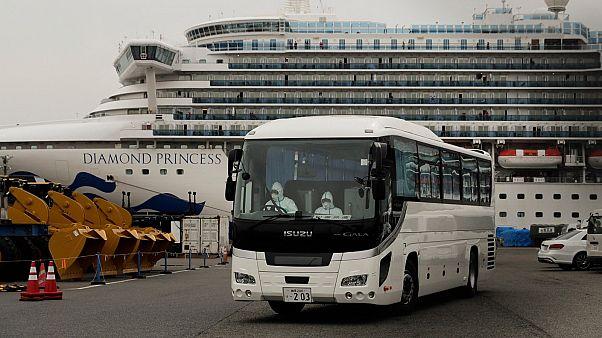 """حافلة حجر صحي تغادر الميناء حيث ترسو سفينة """"دايموند برينسس"""" السياحية"""