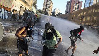 شاهد: تجدد الاشتباكات بين المتظاهرين والشرطة في العاصمة التشيلية سانتياغو