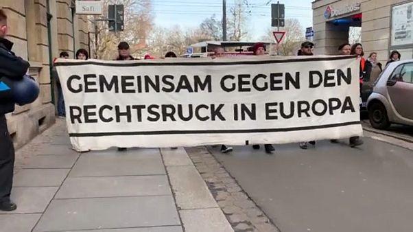 Alemães protestam contra coligações com a extrema-direita