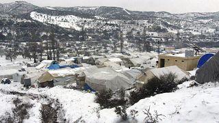 مخيم للنازحين السوريين في إدلب  قرب الحدود مع تركيا وسط البرد والثلوج التي غطت خيامهم.