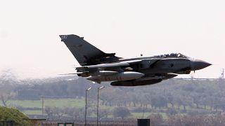 طائرة مقاتلة بريطانية من طراز تورنيدو تقلع من القاعدة العسكرية قرب باري جنوب إيطاليا. 14/03/2011