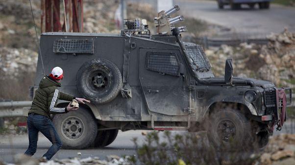 شاهد: اشتباكات بين محتجين فلسطينيين والقوات الإسرائيلية في الضفة الغربية