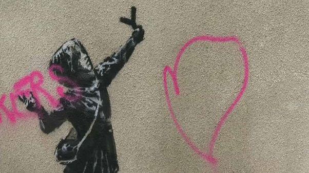 Un grafiti soez desluce el Banksy de San Valentín en Bristol