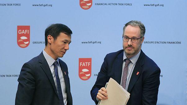 شیانگمین لیو(سمت چپ)، رئیس نشست ۶ روزه گروه ویژه اقدام مالی