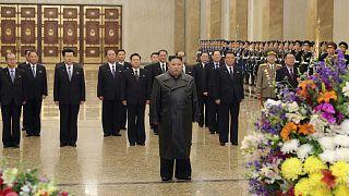 """الزعيم الكوري الشمالي كيم جونغ أون في قصر الشمس """"كمسوسان"""" - بيونغ يانغ."""