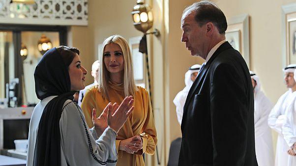 إيفانكا ترامب وديفيد مالباس رئيس البنك الدولي، ولمياء عبد العزيز خان، المديرة التنفيذية للمنتدى العالمي للمرأة، خلال المنتدى العالمي للمرأة في دبي، الإمارات العربية المتحدة.