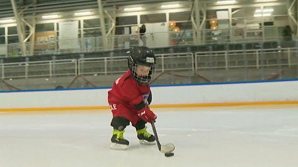 شاهد: النبوغ بالميدان.. طفل في عامه الثاني فقط يبرع في ممارسة الهوكي على الجليد