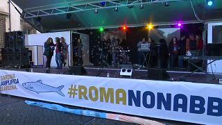 Sardine nel centro di Roma mentre Salvini è all'Eur