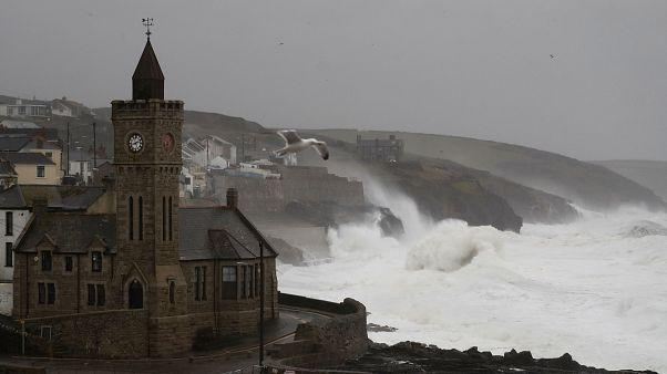 Ευρώπη: Σαρώνει η καταιγίδα «Ντένις» με πλημμύρες, ισχυρούς ανέμους και διακοπές ρεύματος