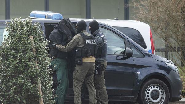Einer der Verdächtigen vor dem Bundesgerichtshof in Karlsruhe, Samstag