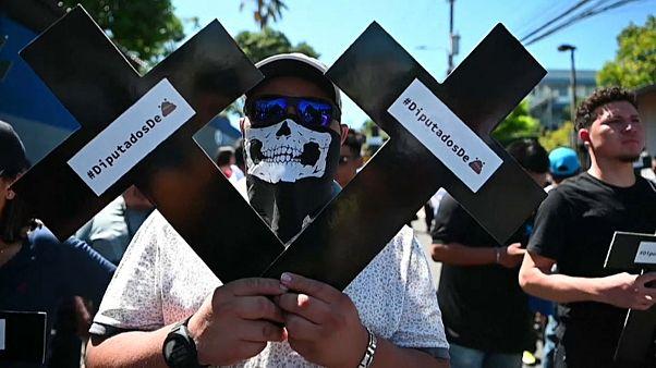 Salvadoreños contra el Congreso y en apoyo del presidente Nayib Bukele