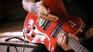 Guitarras francesas feitas à mão nas mãos dos Guns N'Roses