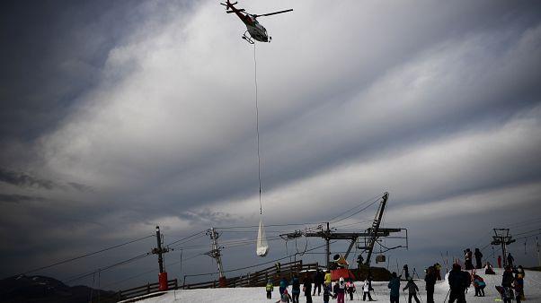Fransızlar kar yağmayınca kayak pistlerine helikopterle kar taşıdı