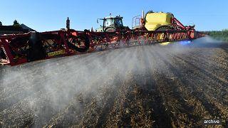 Un agriculteur épand des pesticides, le 11 mai 2018