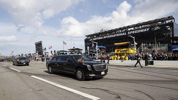 """شاهد: ترامب يقود """"الوحش"""" على حلبة دايتونا"""