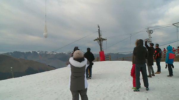 شاهد: منتجع تزلج فرنسي يستعين بطائرات الهليكوبتر لإسقاط الثلوج خوفاً من الإغلاق