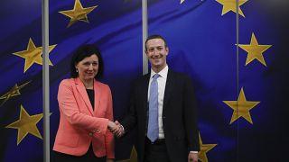 La Commissaire européenne Vera Jourova et le patron de Facebook Mark Zuckerberg