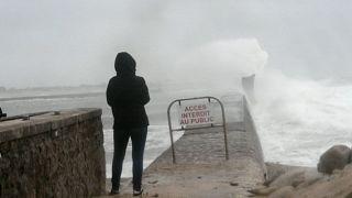 """شاهد: العاصفة """"دينيس"""" تصل إلى فرنسا وتتسبب بانقطاع الكهرباء عن آلاف البيوت"""