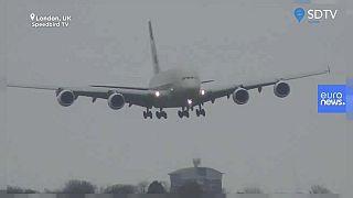 Látványos manőverrel landolt a hatalmas Airbusszal a pilóta a londoni szélviharban