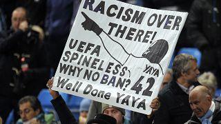 İngiltere'de bir futbol maçında ırkçılığa karşı çıkan pankart