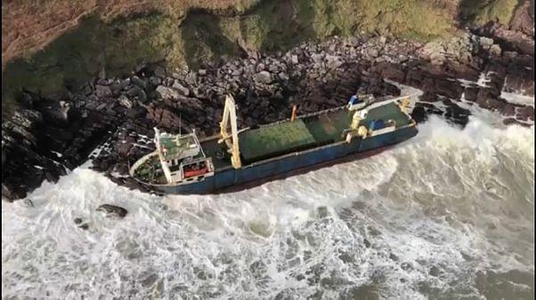 Schiff ist vor Küste auf Grund gelaufen