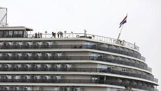 كمبوديا تترك ركاب السفينة السياحية يغادرون بحرية رغم احتمال إصابة بعضهم بفيروس كورونا الجديد
