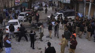 مقتل 10 بينهم رجال شرطة وإصابة 16 في هجوم انتحاري في باكستان