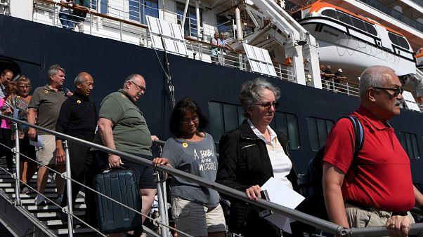Des passagers descendent du navire de croisière Westerdam à Sihanoukville le 15 février 2020