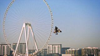 شاهد: الرجل الطائر فينس ريفيت يحلق على ارتفاع ألف و800 متر في سماء دبي