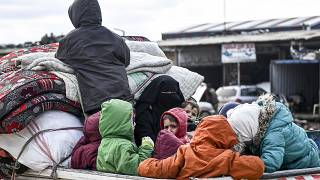 مدنيون يفرون من إدلب باتجاه الشمال لإيجاد الأمان بالقرب من الحدود مع تركيا ، 15 فبراير  2020