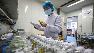 Une infirmière de l'hôpital Chinatopix Jinyintan de Wuhan préparant des traitements pour les patients contaminés par le Covid-19, le 16 février 2020