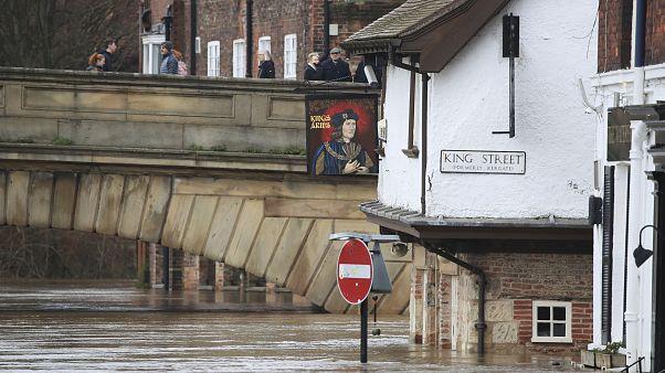 """""""Dennis"""" deixou Inglaterra inundada"""