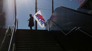 Άντρας κρατά σημαία του ΠΑΜΕ, στη συγκέντρωση διαμαρτυρίαςκατά του σχεδίου νόμου για το ασφαλιστικό, Αθήνα