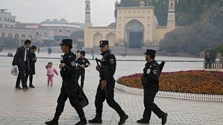 Kaşgar'daki Id Kah cami önündeki güvenlik güçleri
