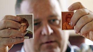 1970'li yıllarda izci kamplarında cinsel tacize uğradığını iddia eden James Kretschmer çocukluk fotoğraflarını gösteriyor