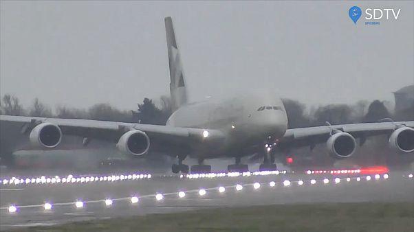 وقتی خلبان ماهر هواپیمای ۳۹۴ تنی را در طوفان فرود میآورد