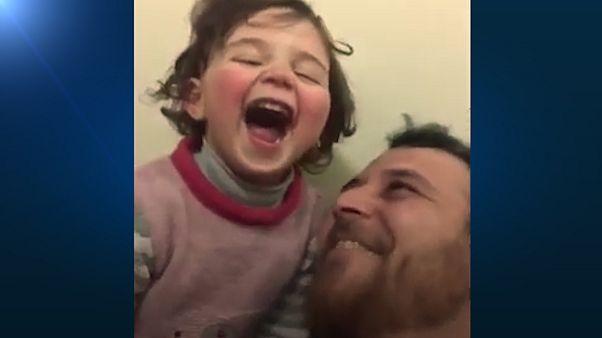 توصیه پدر سوری به دخترش؛ صدای انفجار شنیدی، بلند بلند بخند